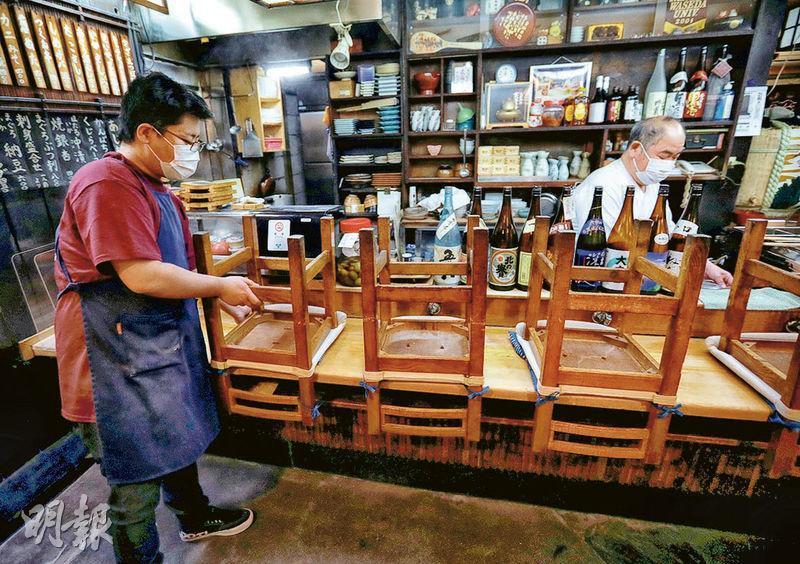 受新型冠狀病毒疫情影響,日本東京周二有居酒屋提前至晚上8時關門。(路透社)