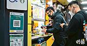 大年初七(18日)起食肆可重開晚市堂食的條件之一,是須要求顧客進入食肆前掃描店內的「安心出行」二維碼。本報記者昨日到大埔廣場所見,一家賣腸粉的小食店旁貼有二維碼,但細看發現該二維碼其實是商場公廁的二維碼,食客隨時「掃錯」。(林靄怡攝)