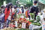 深圳新規定,不許香港跨境貨車司機自行到當地取貨,或影響部分供港蔬菜運送,菜販稱供應昨日暫未有問題。圖為灣仔街市一帶菜檔情况。(曾憲宗攝)