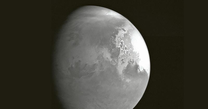 5日晚上8時,天問一號探測器引擎點火工作,順利完成地火轉移段第四次軌道中途修正。此前,天問一號探測器在距離火星約220萬公里處,獲取首幅火星圖像(圖)。(中新社)