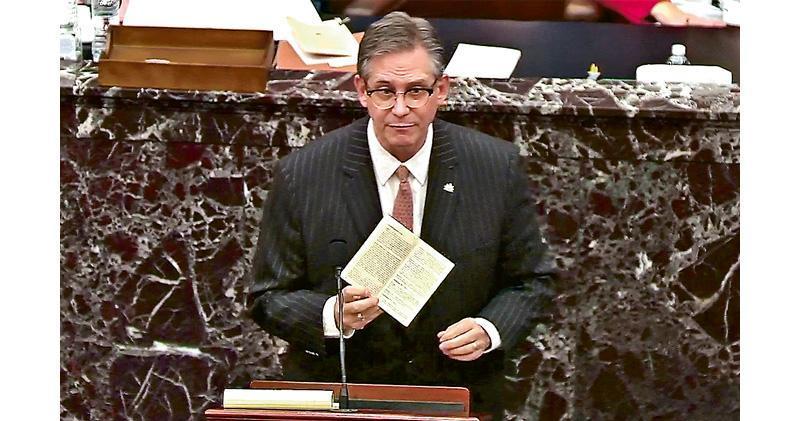 特朗普的代表律師卡斯托(圖)周二在參議院彈劾審訊上,手持一份美國憲法複製本答辯。(路透社)
