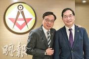 香港建造商會會長陳修杰(右)及第一副會長林健榮(左)表示,疫情下不少承建商擔心業界前景,憂慮工程量不足令業界難持續經營,冀政府加強對業界的支援。(朱安妮攝)