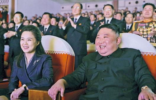 朝鮮官媒周三發布照片,顯示李雪主(左)陪同丈夫金正恩(右)在平壤萬壽台藝術劇場欣賞紀念已故領袖金正日冥壽「光明星節」的表演。(路透社)