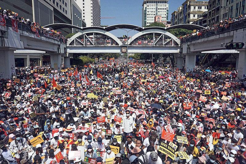 緬甸仰光周三有數以千計民眾繼續示威抗議軍方在月初發動政變,示威者堵塞了當地一條主要馬路。(法新社)