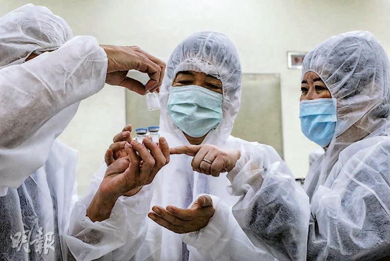 BioNTech昨承諾會向台灣供應疫苗。圖為台灣副總統賴清德(中)前日參訪國光生物科技、高端疫苗生物製劑及聯亞生技3家公司,了解台灣疫苗生產狀况。(中央社)
