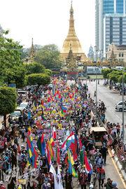 緬甸仰光周四繼續有民眾示威,抗議本月初的軍事政變。(路透社)