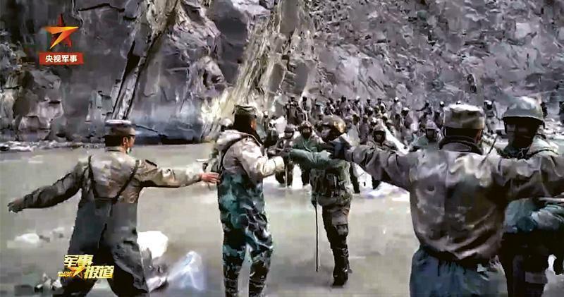 央視軍事頻道昨晚公開去年6月的加勒萬河谷衝突現場片段。片段中,解放軍某邊防團團長祁發寶(圖中背向鏡頭者)帶着幾名官兵,蹚過河水與印軍(右側)交涉。(片段截圖)