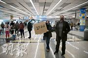 部分得州民眾周四在休斯敦機場舉着寫上「24人死亡」的標語牌等候參議員克魯茲落機,準備抗議他捨棄捱冷的州民,自顧自飛赴墨西哥避寒。(路透社)