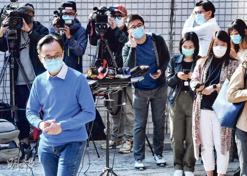 公務員事務局長聶德權(前藍衣者)昨表示,市民接種新冠疫苗後可下載電子針卡,該平台為日後通關提供基礎。(劉焌陶攝)