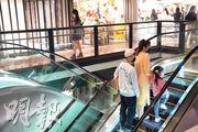關注婦女性暴力協會昨日公布,旺角T.O.P商場為區內最高危的偷拍地點,指該處上落扶手電梯短斜及相互交錯,加上兩旁全透明玻璃的設計,女性走近玻璃時容易被偷拍裙底。(楊柏賢攝)