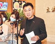 國民黨主席江啟臣(右)昨宣布將投入今年黨主席選舉,他稱自己不是國民黨復興之路的「過渡者」,而是立志以無私初心,為國民黨在2022年與2024年地方及總統選舉中找出最能勝選的對象,扮演重返執政的「造王者」。(中央社)