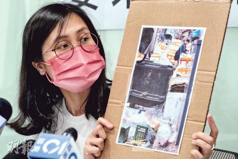 民主黨深水埗區議員鄒穎恒發現區內曾被圍封樓宇及街道衛生惡劣,促增加清潔工人,加快清理垃圾及污水。(賴俊傑攝)