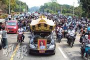 緬甸反抗軍事政變示威運動的首名死者、20歲女子妙兌兌凱昨日(21日)在首都內比都出殯,大批民眾組成電單車隊護送車頭貼有其遺照的靈車。(路透社)