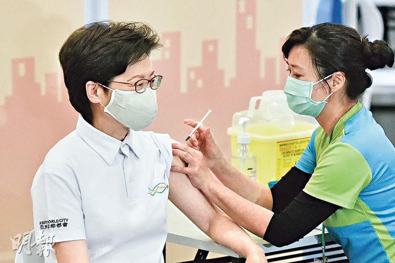 特首林鄭月娥(左)昨日率先接種內地研發的科興疫苗,她在休息約30分鐘後見記者。她其後在社交媒體表示,很高興接種了新冠疫苗在香港的第一劑,形容過程快捷便利,完全沒有不舒服。(馮凱鍵攝)