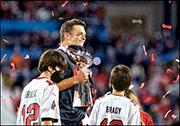 坦帕灣海盜球星布拉迪(中)為今屆超級碗最有價值球員。(路透社)
