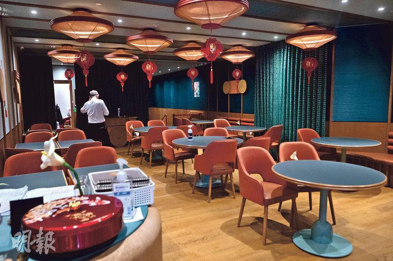 K11 Musea名潮食館爆疫,有確診者在2月18日到該處用餐,即放寬社交距離措施至每枱4人的首天。昨日現場所見,餐廳內部大多安排一枱4椅。(林靄怡攝)