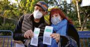 在以色列特拉維夫,周三有民眾展示證明已接種疫苗的「綠碼」,準備進場觀看演唱會。(路透社)