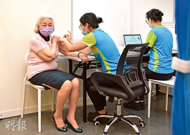 前律政司長梁愛詩(左)昨日到中央圖書館社區疫苗接種中心接種科興疫苗。她事後表示自己已經一年多沒到北京,希望盡快通關,能探望親友。(政府新聞處圖片)