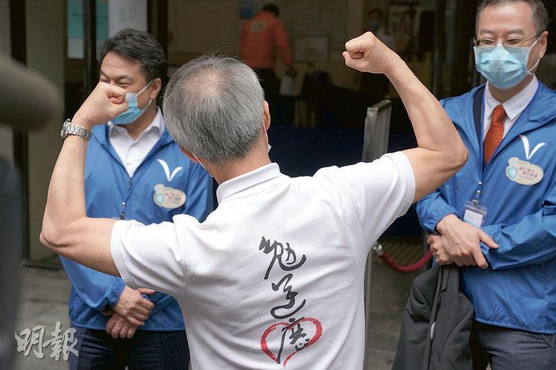 劉宇隆身穿印有「勉逆歷」 字樣的上衣,盼市民互相勉勵、逆境同行。(楊柏賢攝)