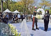 二二八事件74周年之際,台灣各界舉行紀念活動。圖為昨日台灣總統蔡英文(右)出席「二二八事件74周年中樞紀念儀式」,並前往高雄市二二八和平紀念公園獻花致敬。(中央社)