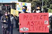 美國加州城市聖馬特奧(San Mateo)上周六有民眾示威,抗議針對亞裔的仇恨罪行,並舉起「保護亞裔人性命」的標語。(新華社)