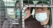 戴耀廷(右起)、林景楠昨早由警車押到法庭。據了解,控方詳列戴耀廷在國安法生效前在報章及社交媒體撰文,稱其主張「攬抄」及推行「民主派35+公民投票」初選。(賴俊傑攝)
