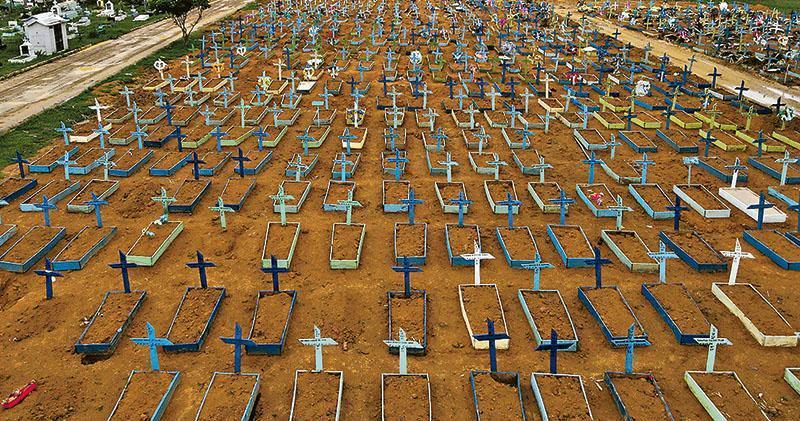 在新型冠狀病毒疫情大規模爆發下,巴西染疫死者飈升。圖為北部馬瑙斯全市最大的塔魯瑪公園墳場在疫情期間出現大量新墳墓。(路透社)