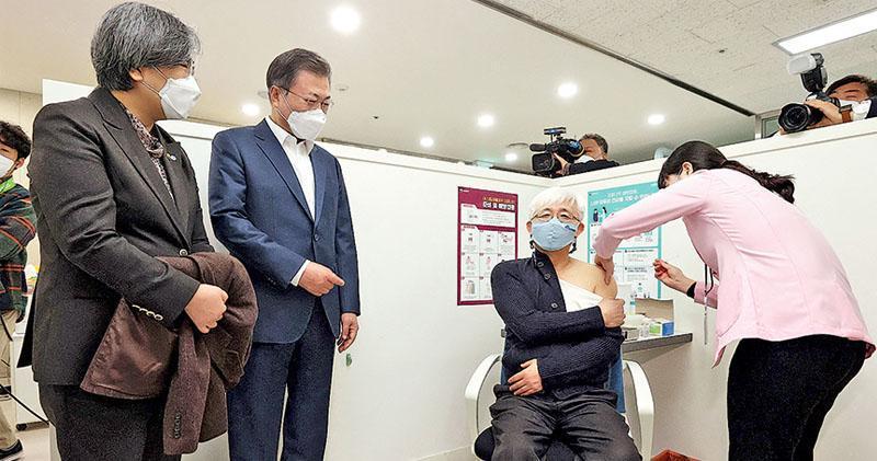 韓國總統文在寅(左二)上周五(2月26日)在首爾一間健康中心視察新冠疫苗接種情况。該國展開接種5天,昨天出現兩宗接種牛津疫苗後死亡個案,雖未證明兩者關連,但已引起社會關注。(法新社)