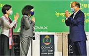 歐盟駐柬埔寨大使莫雷諾(中)、世衛駐柬代表艾蘭(左)周二與柬國衛生部長本亨(右)在金邊國際機場出席牛津-阿斯利康疫苗交付儀式。(法新社)