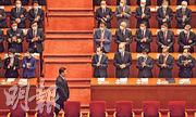全國政協第十三屆四次會議昨在北京人民大會堂開幕,未戴口罩的國家主席習近平走上主席台時,受到全場鼓掌歡迎。(法新社)
