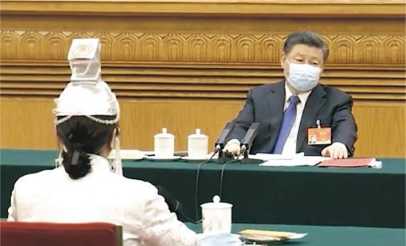 國家主席習近平(右)昨參加人大內蒙古代表團的審議,要求認真做好推廣普及國家通用語言文字工作,全面推行使用國家統編教材。(網上圖片)