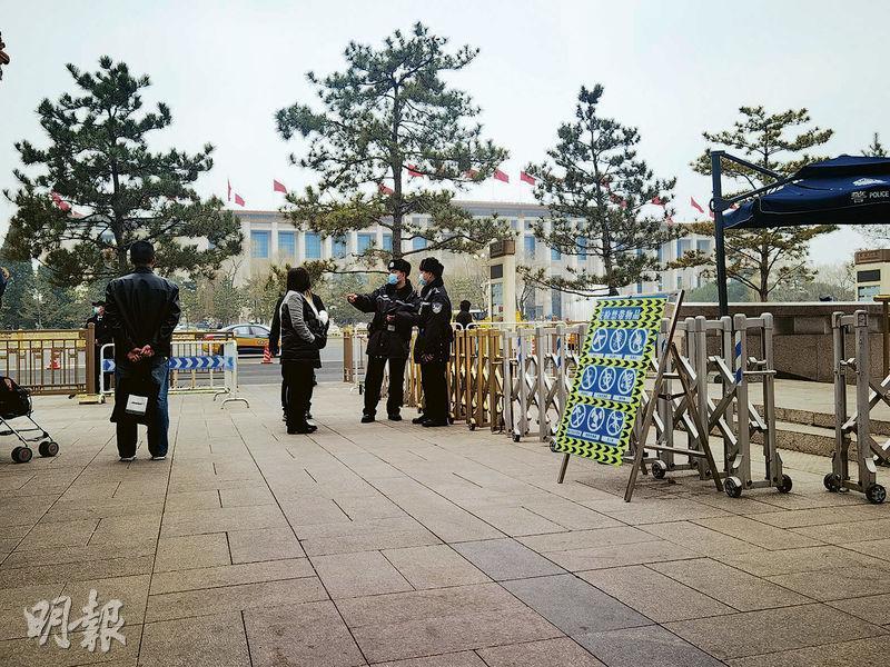 十三屆全國人大四次會議昨日開幕,北京天安門地區也成為「禁區」,沒當日採訪證的記者也不能進入及採訪。(明報記者攝)
