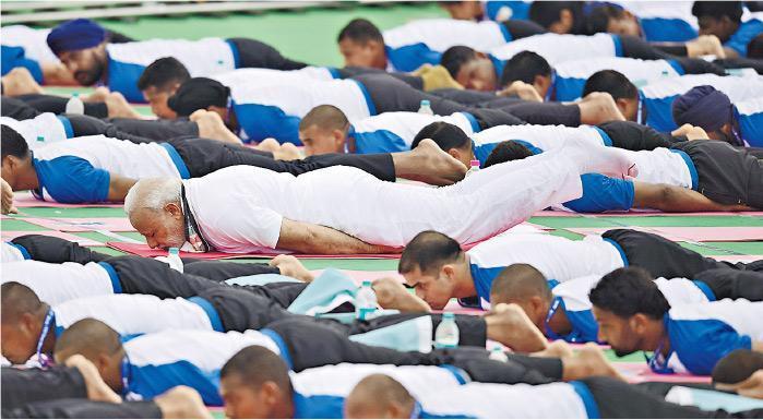 印度總理莫迪(中)在印度積極推動瑜伽,更曾於2016年6月21日「國際瑜伽日」帶領群眾做瑜伽。他趴在地上抬腿的動作並不容易,因維持這動作需要很強的肌耐力。