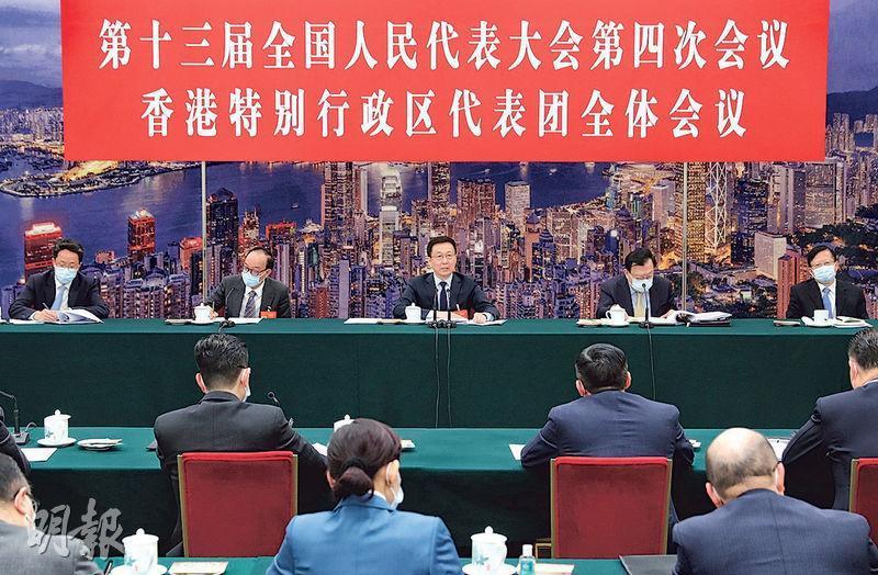 國務院副總理韓正(中)昨與港區人大代表團會面,有與會者引述他在會上強調,愛國者治港並非口號,要以法例保障。(新華社)