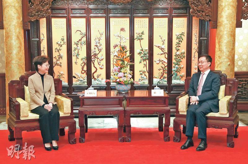 國務院副總理韓正(右)上周六在北京釣魚台國賓館會見特首林鄭月娥(左),他希望港府續把疫情防控作當前中心任務,並在有效防疫下統籌做好經濟社會各方面工作。(新華社)