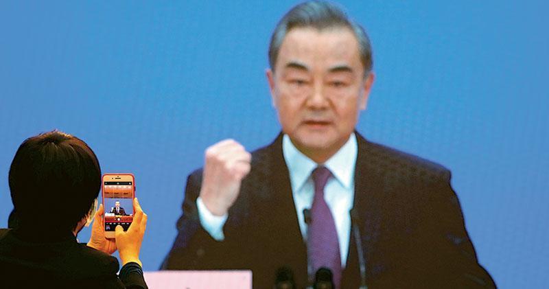 中國國務委員兼外長王毅昨以視像方式出席兩會記者會,回應有關新冠疫苗及中國外交政策與關係等問題。(路透社)