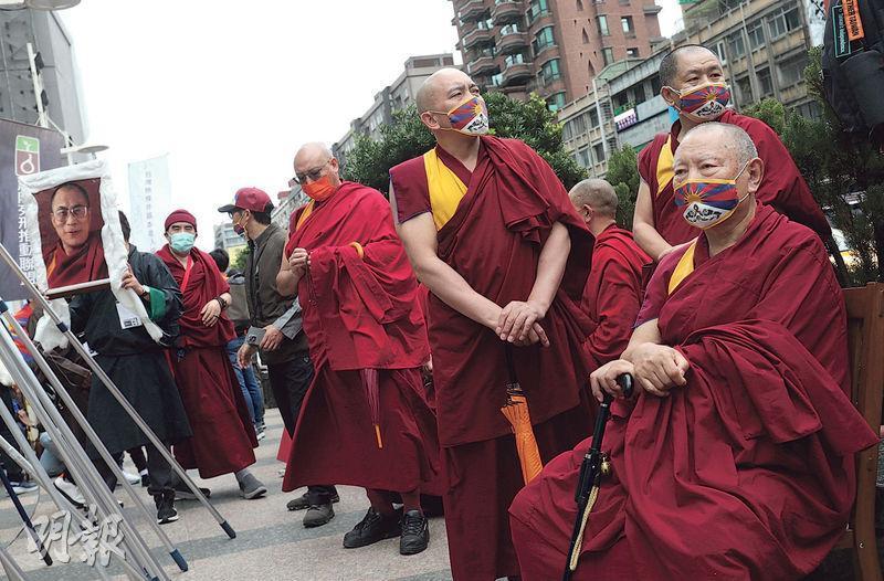 王毅昨表示,新疆、西藏和香港人權問題是中國內部事務,「中國做得好不好,中國人民最有發言權」。不過,昨日在台北有民間團體舉行「協議血淚70年:310西藏抗暴日62周年大遊行」,其間有藏族僧人稱,藏人不會放棄對自由的渴望。(中央社)