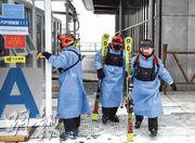 圖為北京延慶賽區國家高山滑雪中心在進行測試,有醫療隊醫生準備前往工作地點。(新華社)