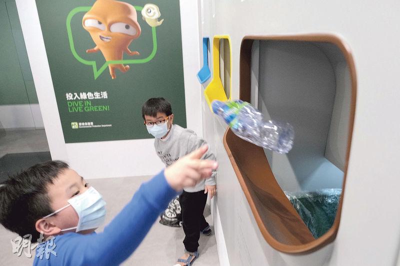 回收便利點內放有回收桶,市民先將回收物磅重,然後將不同類型的膠樽投入回收口,不用仔細分類,回收口後面有職員不時再將膠樽分類,減輕回收商負擔。(賴俊傑攝︶