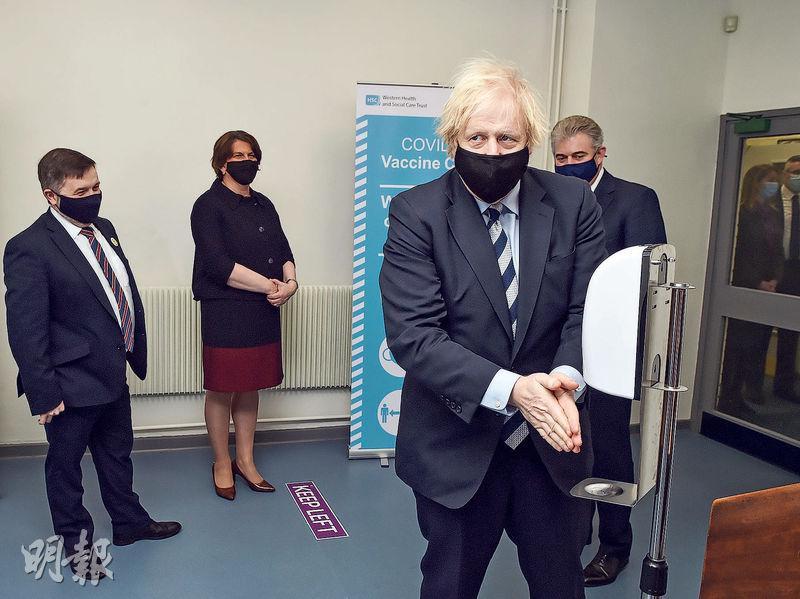 英國首相約翰遜上周五(12日)視察北愛爾蘭一所新型冠狀病毒疫苗接種中心。該國現有逾2300萬名年滿18歲人士接種過至少一劑新冠疫苗,佔全國總人口34.5%。(路透社)