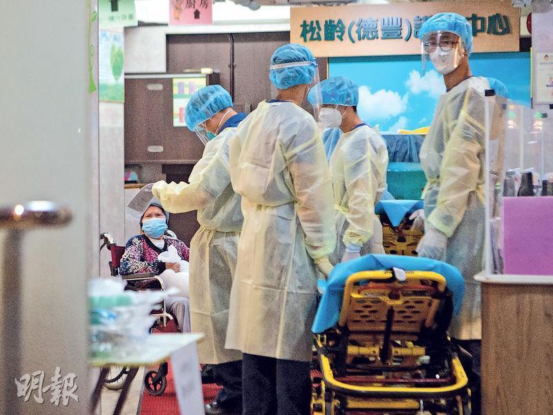 荔枝角道松齡(德豐)護老中心一名81歲男院友初步確診,暫列源頭不明。圖為院友等候送往檢疫。(林靄怡攝)