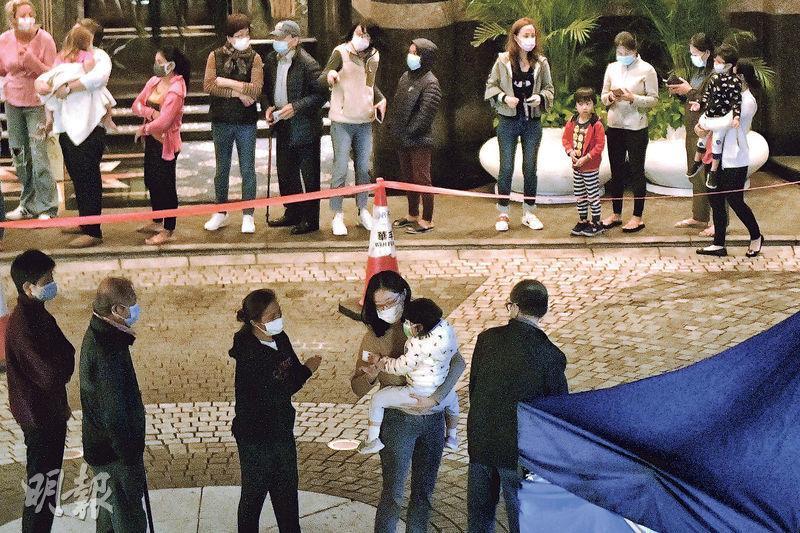 政府稱帝景園近期有人確診,昨晚將該屋苑第一至五座列為「限制區域」,居民昨晚9時許起落樓檢測,10時後人龍仍有數十人,秩序良好。(朱安妮攝)