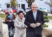 舉行地方選舉之一的德國巴登─符騰堡州(Baden-Wuerttemberg),州長克雷奇曼(Winfried Kretschmann,右)周日與妻子在南部城市錫格馬林根(Sigmaringen)投票後離開票站。(路透社)