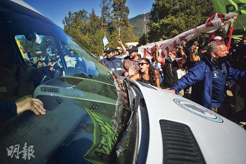 阿根廷總統費爾南德斯上周六到拉戈普埃洛視察森林火災後情况,遭數十名居民攔截所乘車輛抗議。(路透社)