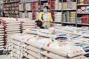 有團體發現超市在「保就業」完結後加價,例如惠康5公斤金鳳泰國頂級香米較去年9月貴一成。圖為昨日超市售賣食米的區域。(曾憲宗攝)