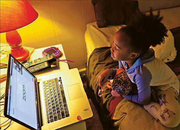 網上學習會看見樣子,有研究指人被注視時會形成壓力。(路透社)