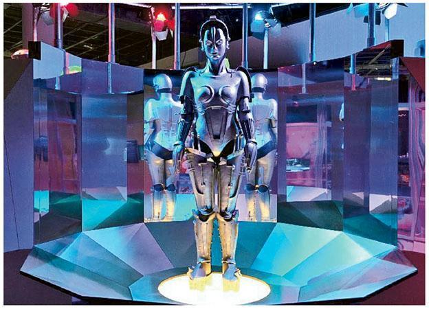 人類對機械人未來的幻想,使它們成為電影角色。展覽向大眾展示1927年德國科幻電影《大都會》中的機械人複製品「瑪麗亞」。(政府新聞處提供)