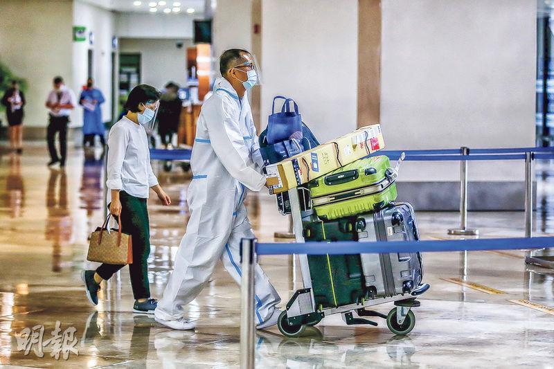 菲律賓周六起禁止外國人和非海外勞工的大部分國民入境。圖為馬尼拉國際機場有乘客於客運大樓身穿保護裝備。(新華社)