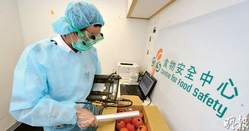 食環署承認,2011年以非公務員合約條款直接聘任24名已退休前衛生督察職系人員,擔任食物管制助理應付額外工作量,即為日本進口食品檢測輻射。署方表示截至去年底,共有13名食品管制主任負責處理日本進口食品檢查及輻射檢測工作。圖為過去食物安全中心人員檢測日本進口新鮮食品輻射水平情况。(食環署圖片)