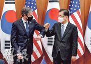 美國國務卿布林肯(左)周四在首爾與韓國外長鄭義溶(右)會面,兩人在鏡頭前互碰手肘打招呼。(法新社)